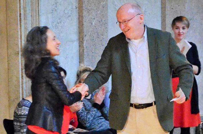 Gratulation an Claudia Bühlmann, Leitung des IFANT von Herrn Dr. Trabitsch, Direktor Theatermuseum