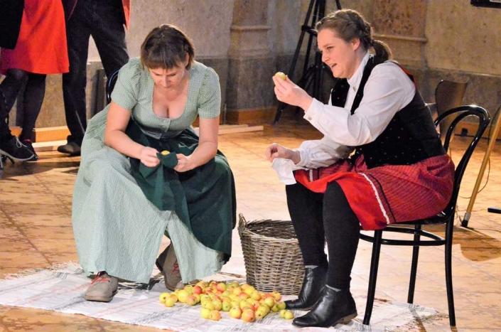 """Performance """"Die Ernte"""" Camilla Reimitz, Hannah Wehrum, AbsolventInnen IFANT"""