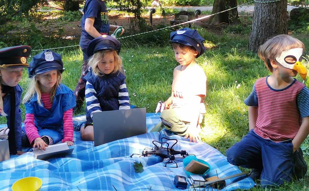 Kinder im Theaterprojekt fuer Kinder von 5-8 Jahre im Waldorfkindergarten Schoenau